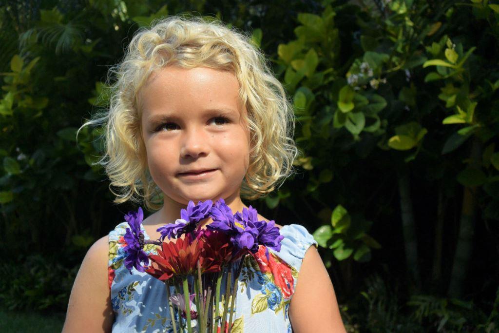 nikon-1-j4-young-girl-holding-flowers-2.jpg