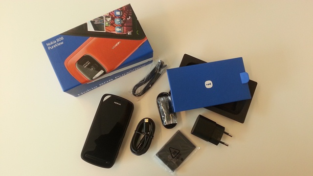 nokia-808-pureview-first-unboxing-photos4.jpg